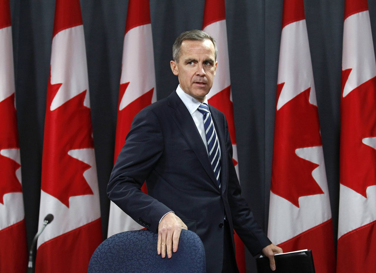 Bank of Canada Governor Mark Carney arrives at a news conference upon the release of the Monetary Policy Report in Ottawa October 26, 2011. REUTERS/Chris Wattie (CANADA - Tags: BUSINESS POLITICS)