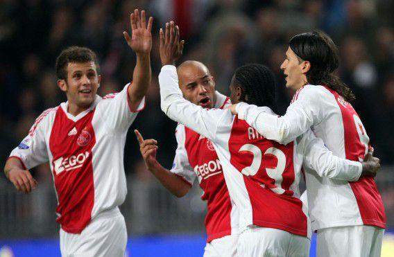Ajax-spelers (VLNR) Miralem Sulejmani, Demy de Zeeuw, Vurnon Anita en Marko Pantelic vieren 3-0 door Pantelic tijdens de wedstrijd Ajax-Willem II op 17 oktober 2009. Willem II zou expres verloren hebben.