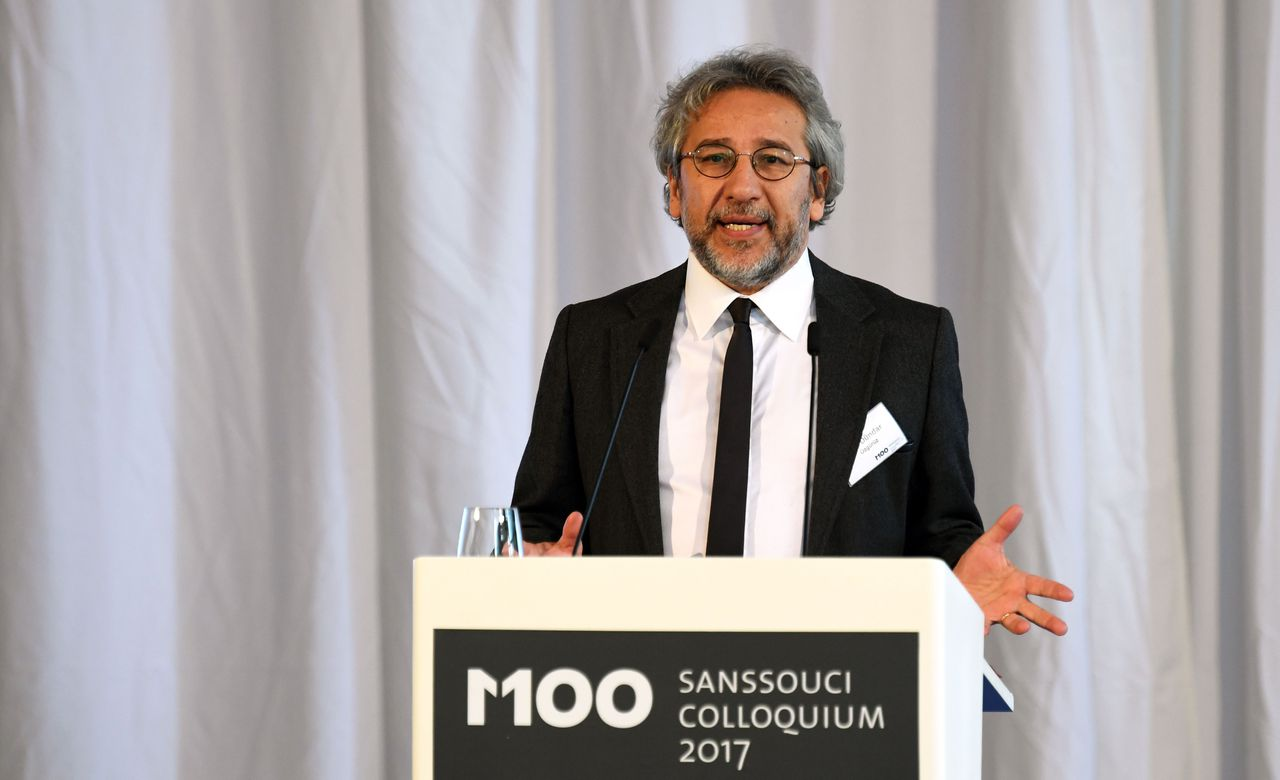 De Turkse journalist Can Dündar tijdens een internationale mediaconferentie in Potsdam.