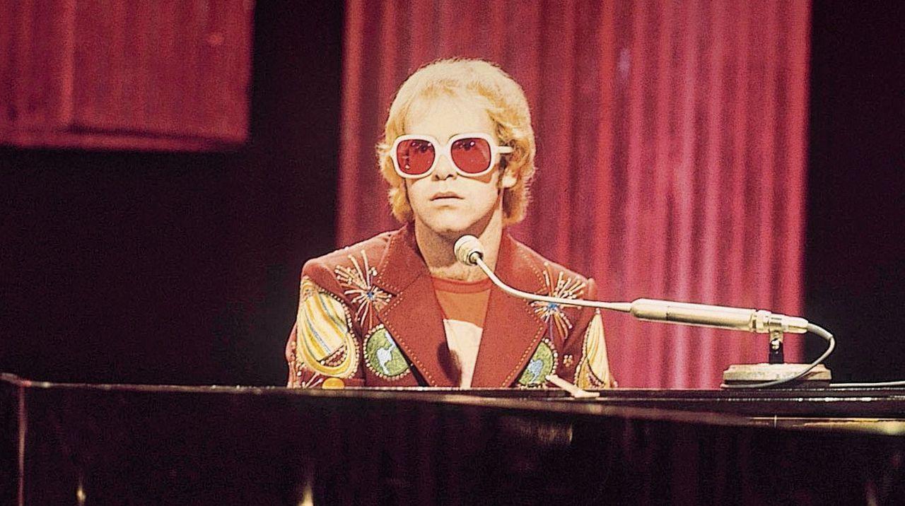 Popster Elton John: 'Ik deed precies wat ik wilde; als iemand me ook maar een strobreed in de weg legde, ging ik schreeuwen of met spullen smijten.'