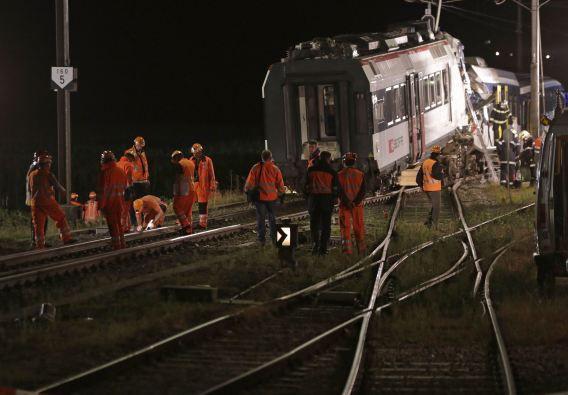 Het spoor wordt geïnspecteerd door personeel van de Zwitserse Federale Spoorwegen na het ongeluk.