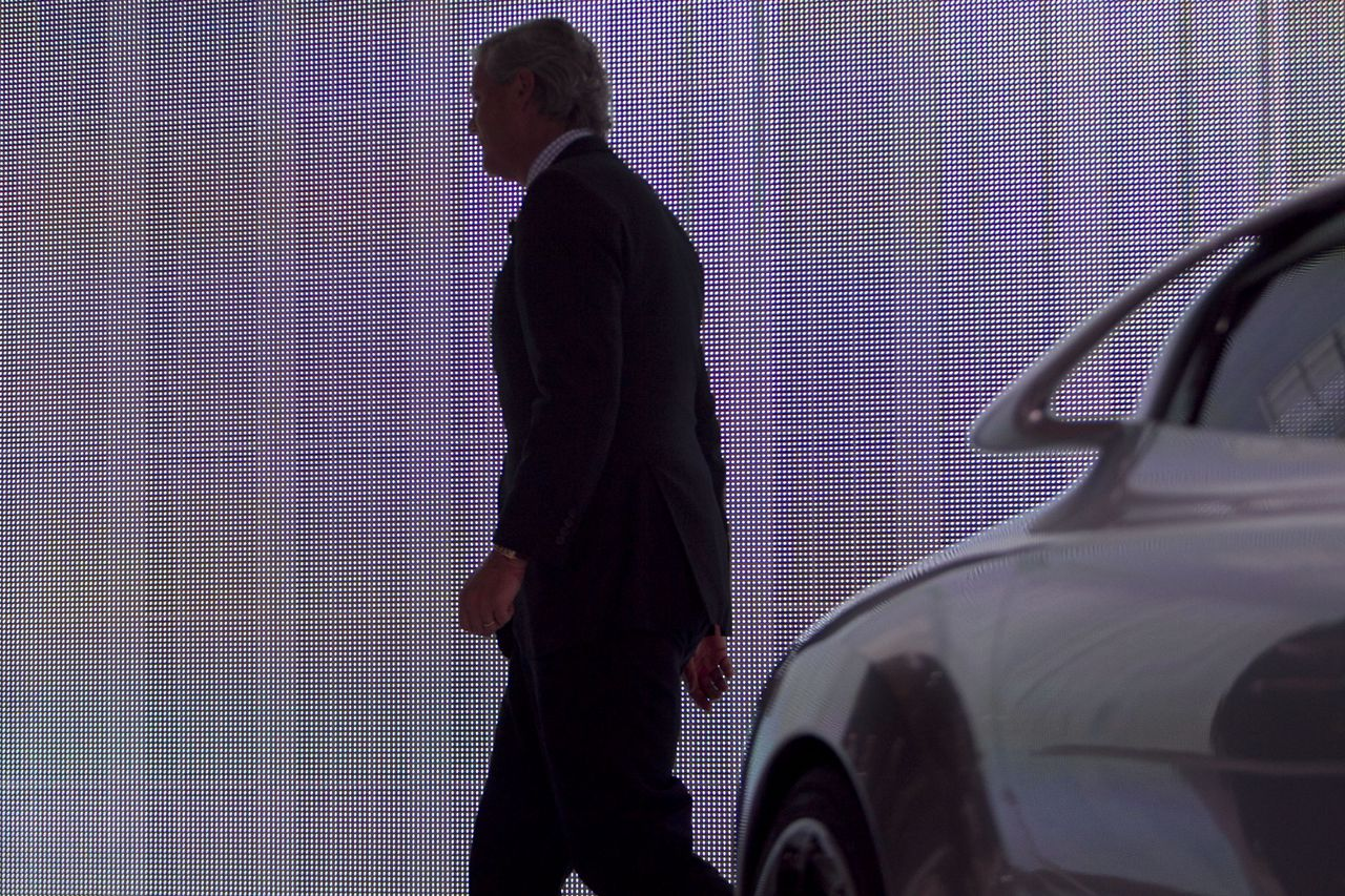 Victor Muller verlaat het podium op de Internationale Autoshow in New York, in april dit jaar. Foto Bloomberg Victor Muller, chief executive officer of Saab Automobile AB, walks offstage at the New York International Auto Show (NYIAS) in New York, U.S., on Thursday, April 21, 2011. The show is open to the public April 22 to May 1. Photographer: Andrew Harrer/Bloomberg *** Local Caption *** Victor Muller