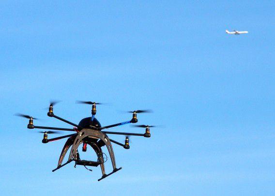 Een kleine, op afstand bestuurbare drone.