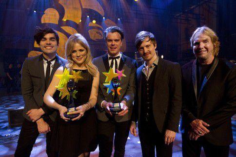 The Common Linnets met Ilse DeLange, JB Meijers (M), Jake Etheridge (L), Rob Crosby (R) en Matthew Crosby winnen hun European Border Breaker Award en daarbij ook de EBBA Publieks Award tijdens Eurosonic.