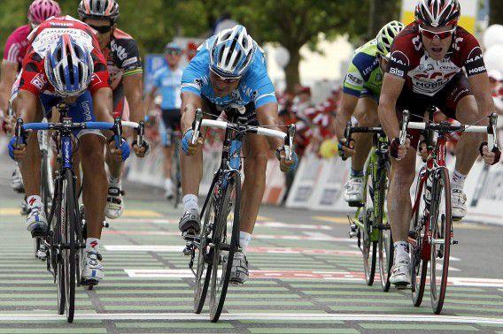 Erik Zabel (midden) wint de tweede etappe bij de Tour in Zwitserland in 2007.
