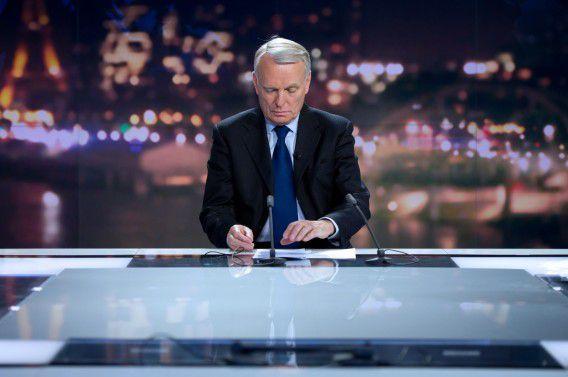 Premier Jean-Marc Ayrault verschijnt op de Franse televisie. Foto AFP / Bertrand Langlois