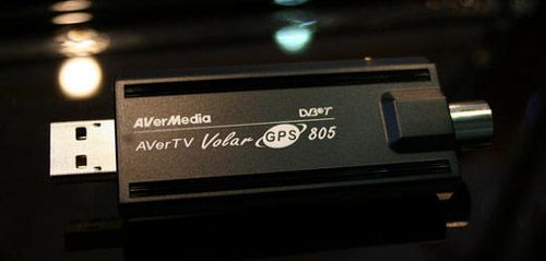 Het gaat om de AverTV Volar GPS 805, een apparaatje dat deze maand werd geïntroduceerd op een grote computerbeurs in Taiwan. De usb-stick bestaat uit een DVB-T tuner die free-to-air zenders kan weergeven op je laptop. Bij de AverTV wordt navigatiesoftware geleverd van de Australische firma Papago!