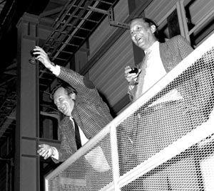 1984 De flamboyante Italiaanse fysicus Carlo Rubbia bedacht dat een versneller bij het Cern in Geneve om te bouwen was tot opslagring. De Delftse Simon van der Meer realiseerde het idee. Samen kregen ze in 1984 de Nobelprijs natuurkunde, want hun werk had in 1983 geleid tot de ontdekking van de W- en Z-deeltjes, de dragerdeeltjes van de zwakke kernkracht – een van de vier natuurkrachten. Cern