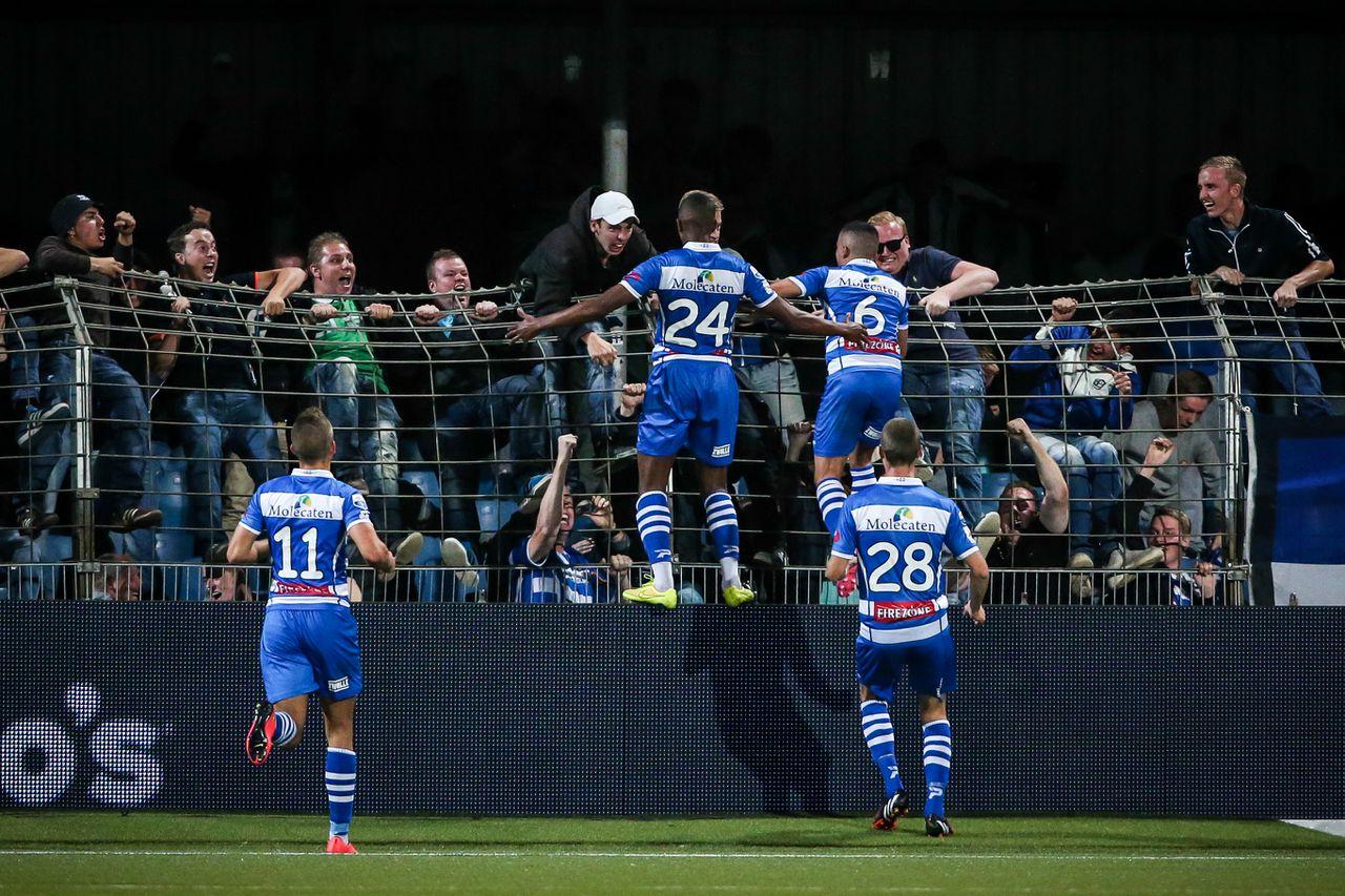 Jesper Drost, Steven Fernandes Pereira en doelpuntenmaker Mustafa Saymak en Thomas Lam vieren de 2-1.