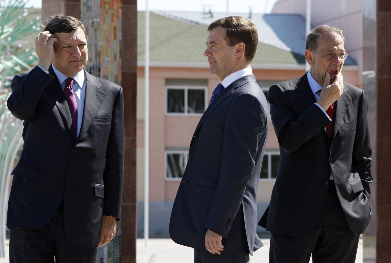 De Russische president Medvedev (midden) met voorzitter Barroso van de Europese Commissie (links) en buitenlandcoördinator Solana (rechts) op de top in Siberië. Foto Reuters De Russische president Medvedev (midden) met voorzitter Barroso van de Europese Commissie (links) en buitenlandcoördinator Solana (rechts) op de top in Siberië. Foto Reuters Russian President Dmitry Medvedev (C), European Commission President Jose Manuel Barroso (L) and EU foreign policy chief Javier Solana attend a Russia-EU summit in the Siberian city of Khanty-Mansiysk June 27, 2008. Medvedev stressed cooperation at a summit with European Union leaders on Friday, striking a softer pose than his tough-minded predecessor Vladimir Putin. REUTERS/RIA Novosti/Pool (RUSSIA)