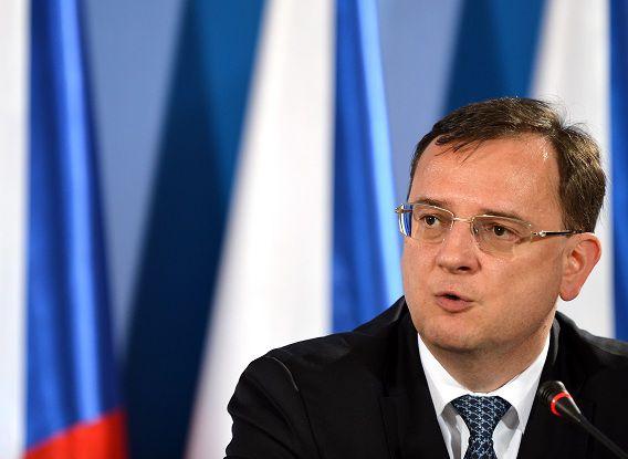 De Tsjechische premier Petr Necas stapt op vanwege een corruptieschandaal waarbij zijn naaste medewerkers zijn betrokken. Dat maakte hij bekend op een persconferentie.