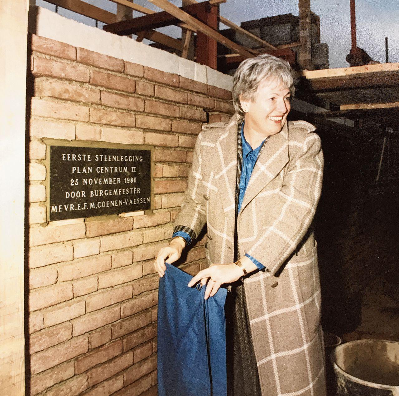 Elly Coenen-Vaessen als burgemeester in 1986 en (links) als jonge vrouw in 1953.