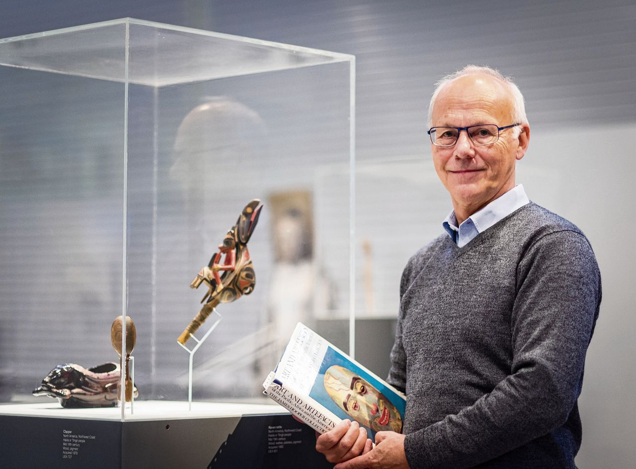 Steven Hooper stelde samen met zijn grootvader de catalogus 'Art & Artefacts of the Pacific, Africa & the Americas: the James Hooper Collection' samen.