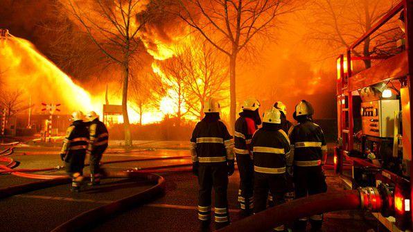 Brandweermannen bij de brand in Moerdijk van 5 januari 2011.