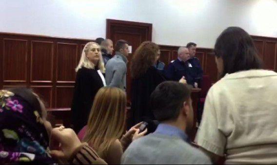 De verdachten van de kunstroof als ze worden voorgeleid voor de rechter-commissaris in Boekarest vorig jaar.