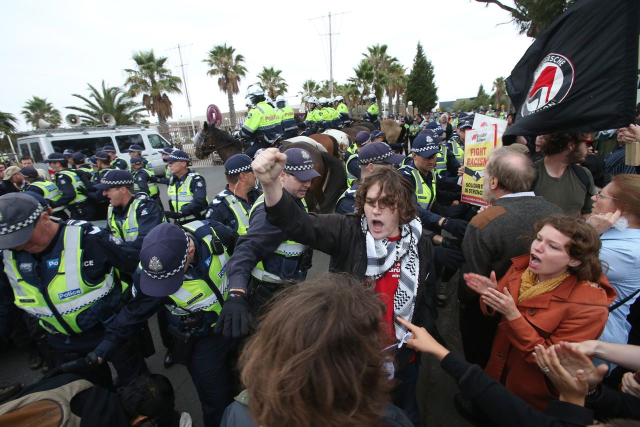 epa03590109 A large number of police, including mounted police, attempt to control protesters who were blocking the entrance to a function centre to stop people entering and listening to right-wing Dutch MP Geert Wilders, in Somerton, Melbourne, Australia, 19 February 2013. The anti-Islamic Wilders who is currently on a speaking tour in Australia, was due to give a speech at the venue as the first part of his Australian tour. EPA/DAVID CROSLING AUSTRALIA AND NEW ZEALAND OUT EDITORIAL USE ONLY