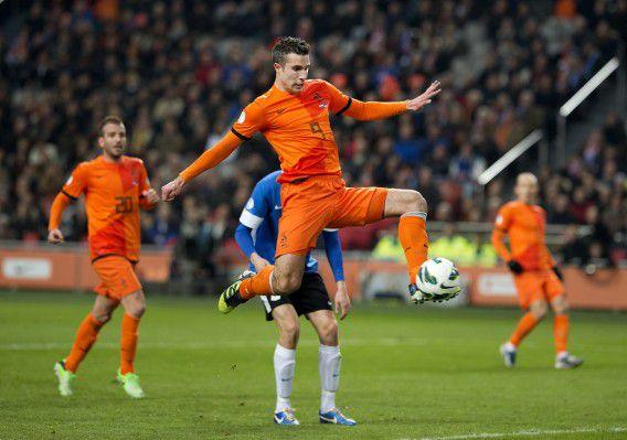 Robin van Persie scoort de 2-0 voor Nederland in de Arena in de WK kwalificatiewedstrijd tegen Estland. Het was zijn 32ste doelpunt voor Oranje.
