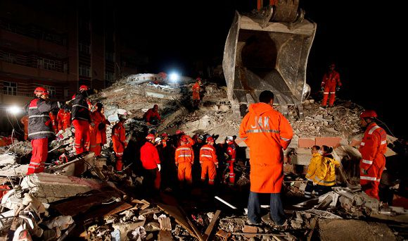 Caption: Rescue workers work to save people trapped under debris after an earthquake in Ercis, near the eastern Turkish city of Van, October 25, 2011. REUTERS/Osman Orsal (TURKEY - Tags: DISASTER ENVIRONMENT)
