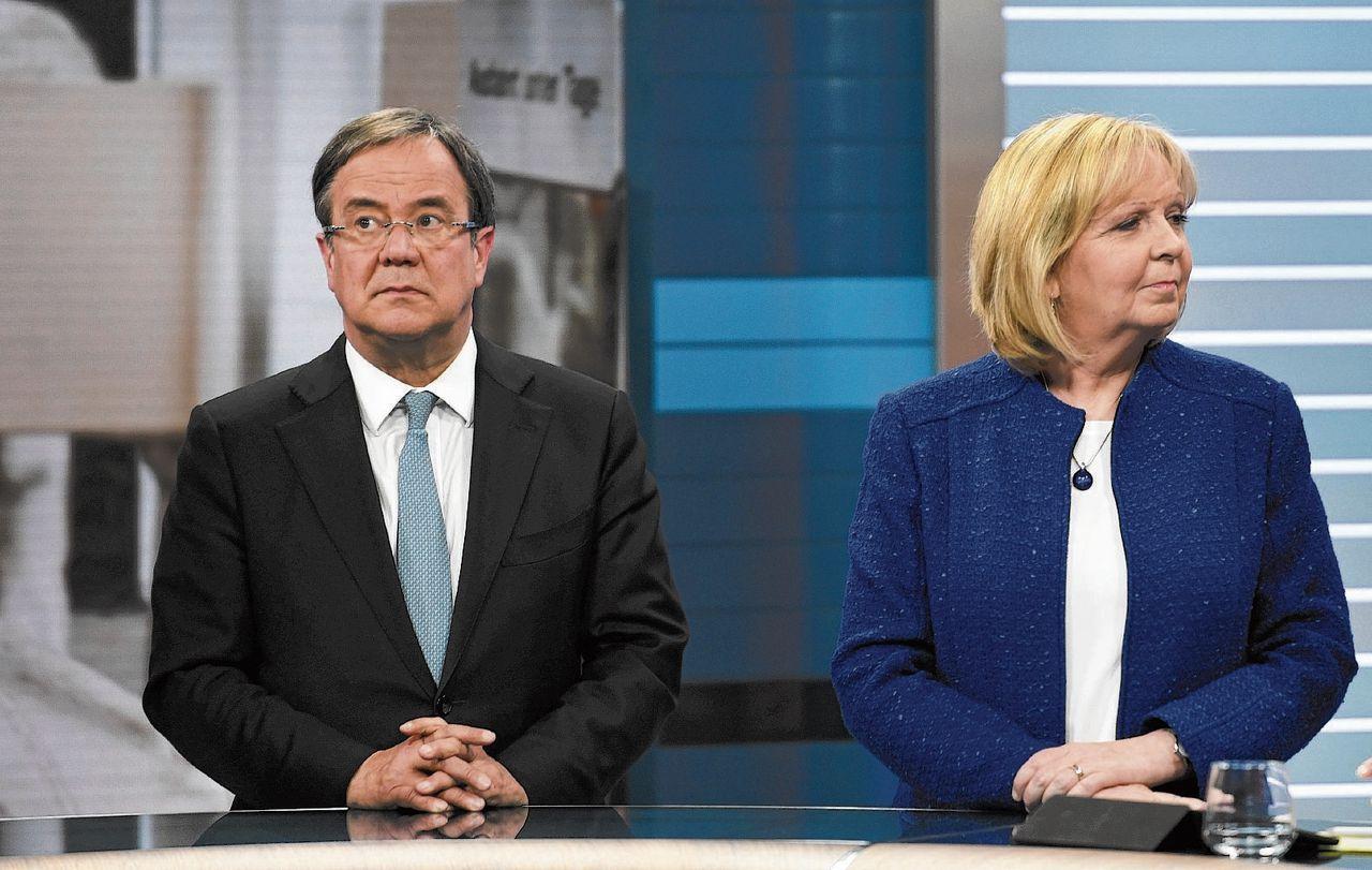 Hannelore Kraft (SPD), premier van NRW, in een tv-debat met CDU-kandidaat Armin Laschet. Kraft zal nu aftreden.
