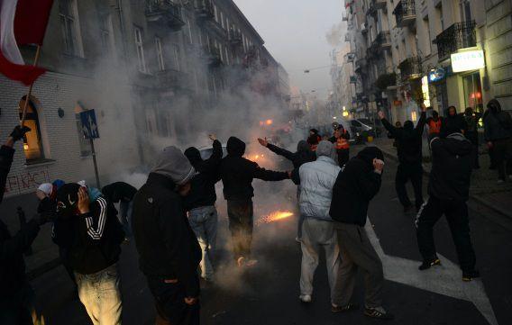 Extreem-rechtse aanhangers raken slaags met de politie tijdens hun jaarlijkse onafhankelijkheidsmars.