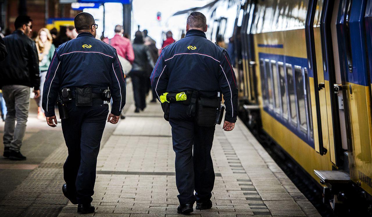 Service- en veiligheidsmedewerkers van de NS op het station.