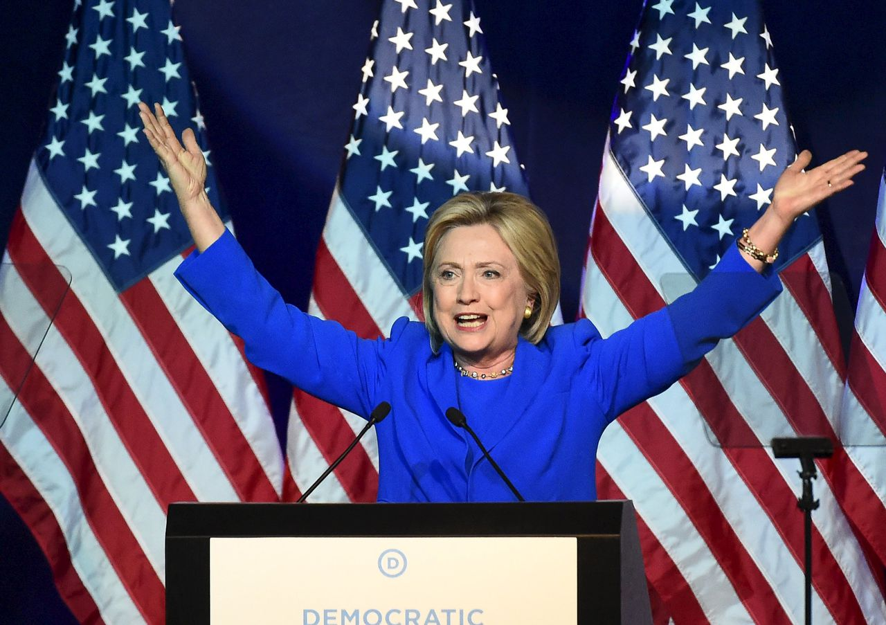 Clinton spreekt het Democratic National Committee toe in Minneapolis, Minnesota.