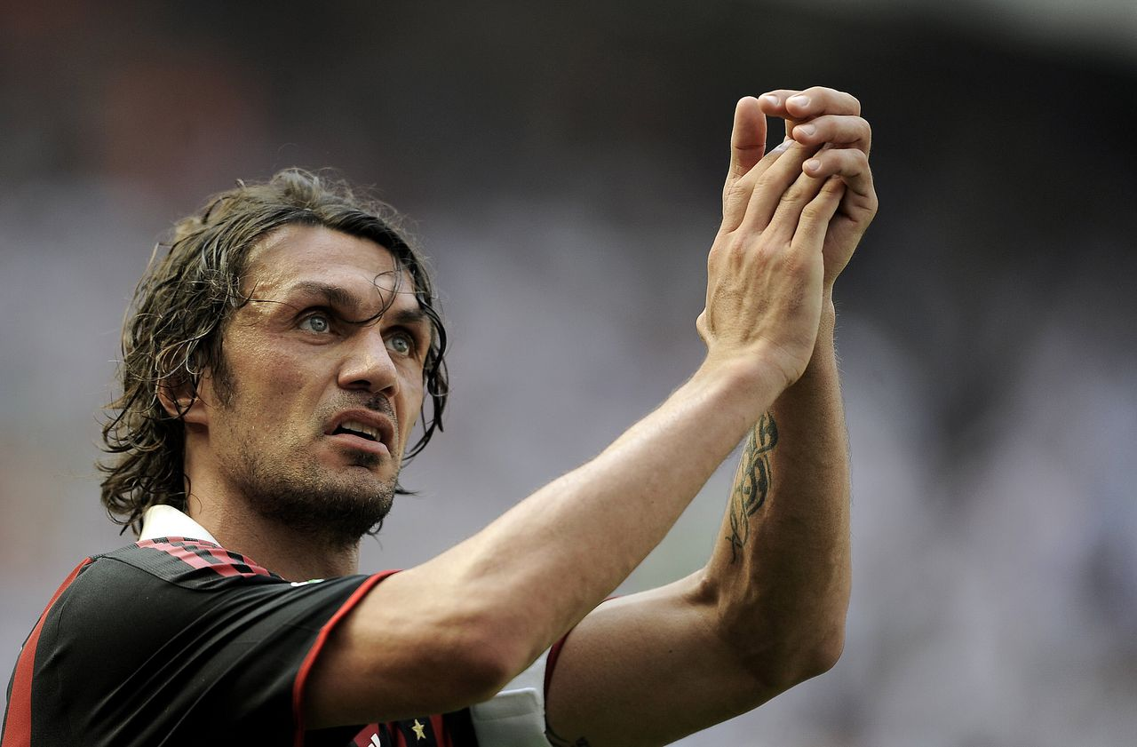 Paolo Maldini zondag bij zijn afscheid van San Siro. (Foto AFP) AC Milan's defender and captain Paolo Maldini acknwoledges the supporters at the end of his team's Serie A football match against AS Roma in Milan's San Siro Stadium on May 24, 2009. After 24 seasons as one of Italy's finest defenders and AC Milan's emblem, Paolo Maldini finally bids farewell to his adoring home fans. AFP PHOTO / FILIPPO MONTEFORTE