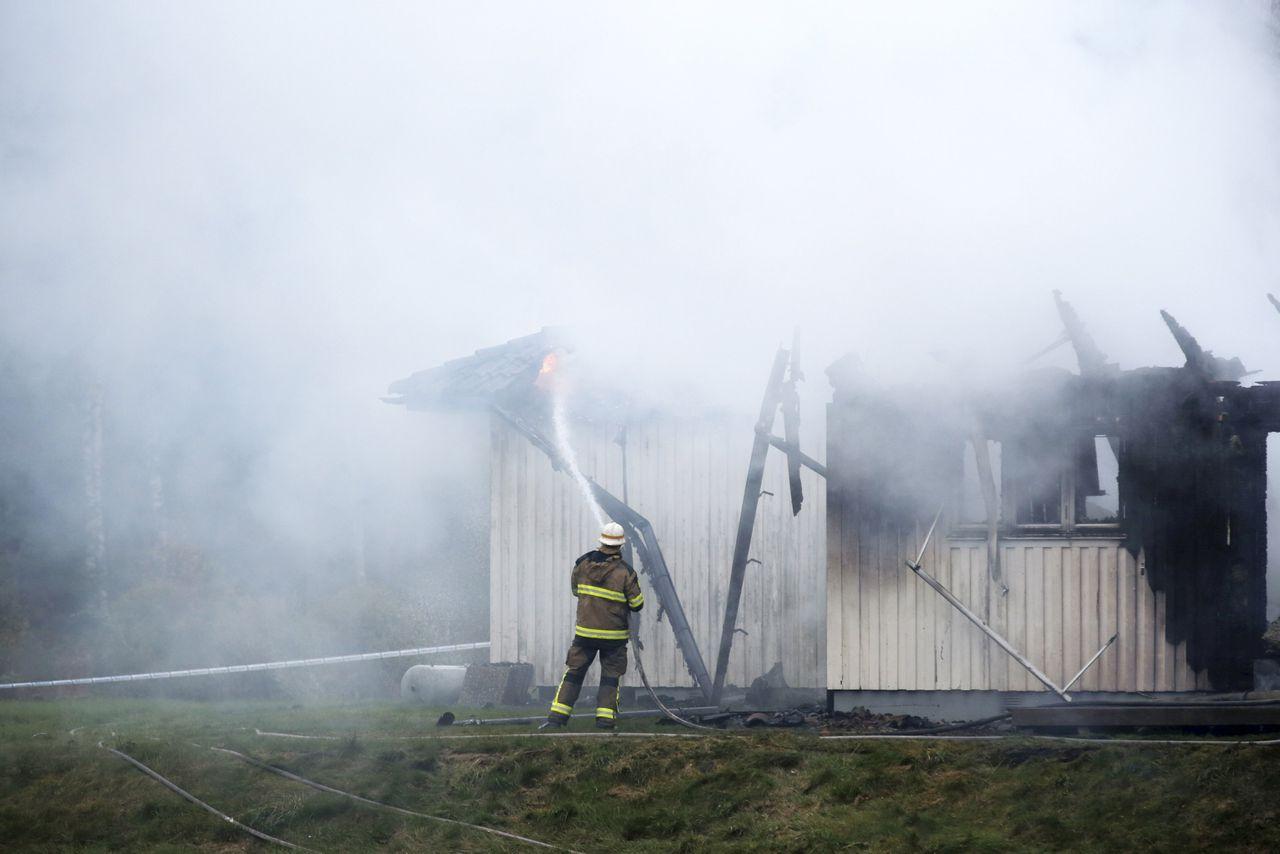 Een brandweerman bij een uitgebrand azielzoekerscentrum in Zweden, afgelopen dinsdag.