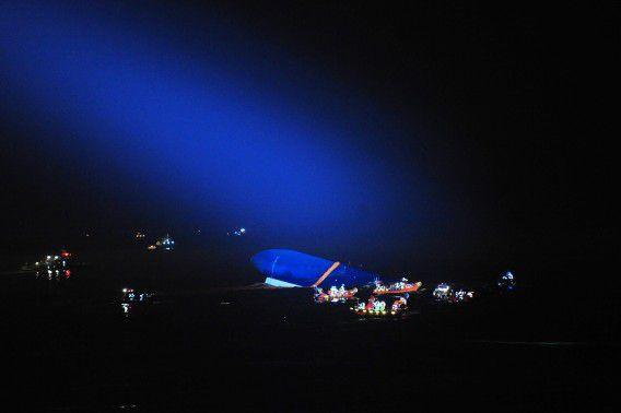 De kustwacht probeert vannacht te zoeken naar overlevenden, maar slecht weer maakte reddingswerk moeilijk.
