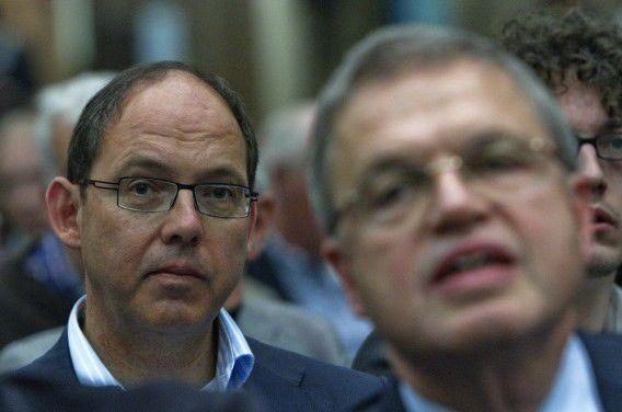 Oud-ministers en CDA-coryfeeën Ab Klink (L) en Ernst Hirsch Ballin tijdens het historische partijcongres van het CDA in 2010 waarop leden zich mochten uitspreken over de gedoogconstructie met de PVV. Foto Gerard Til / Hollandse Hoogte