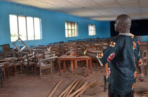 Zo ziet dat er uit, een lege school in Liberia. De kinderen blijven allemaal thuis vanwege ebola. Dit soort beelden zijn niet genoeg om een Giro555-uitzending mee te vullen.