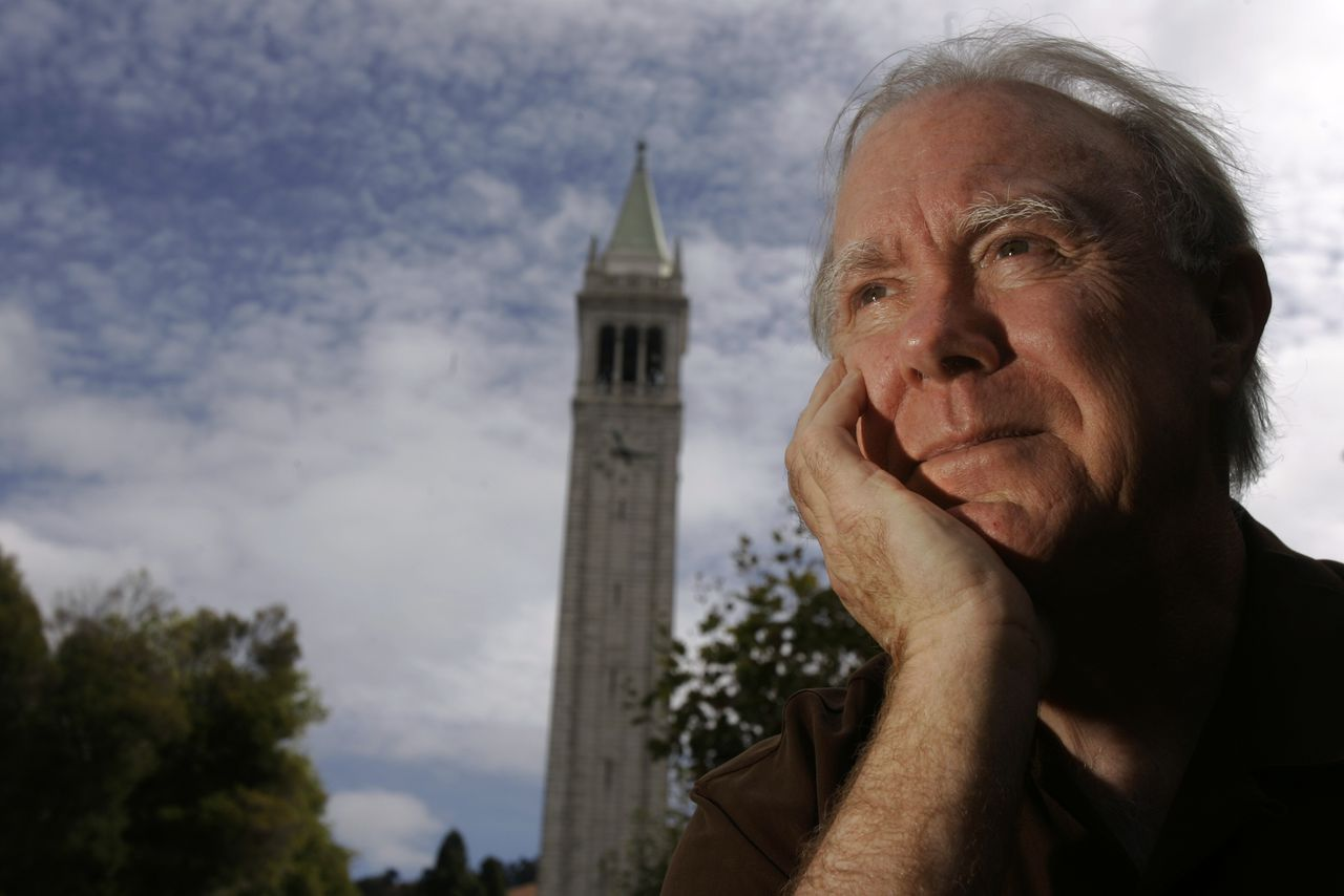 """Robert Hass Foto AP/Jeff Chiu Former U.S. poet laureate Robert Hass is poses on the campus of the University of California in Berkeley, Calif., Tuesday, Oct. 9, 2007. Among the 44 poems in Hass' new collection, """"Time and Materials: Poems 1997-2005,"""" are homages to 17th century Dutch painter Johannes Vermeer and modern poet Czeslaw Milosz. (AP Photo/Jeff Chiu)"""