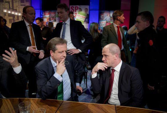 """D66-leider Pechtold en PvdA voorman Samsom na de gemeenteraadsverkiezingen. Kristof Jacobs, docent politicologie vandaag in NRC: """"Mijn indruk is dat er een wedstrijdje ontstaat tussen D66 en de PvdA over wie het felste anti-Wilders is."""""""