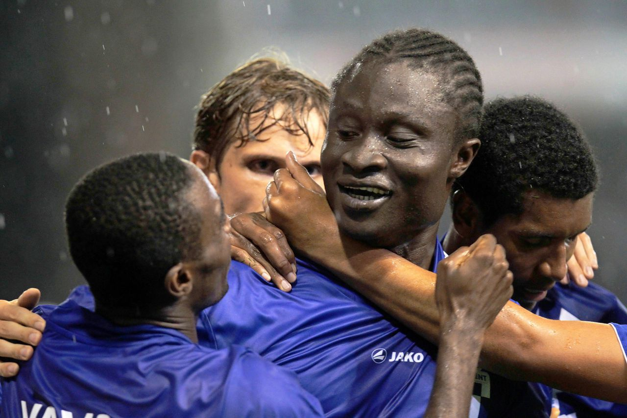 Elimane Coulibaly van KAA Gent viert met zijn teamgenoten de tweede treffer. Foto AFP Gent's Elimane Coulibaly (2nd R) celebrates with teammates after scoring his team's second goal during the return match in the play-offs round of the Europa League between Belgian first division team KAA Gent and Dutch first division team FC Feyenoord, in Gent, on August 26, 2010. The first leg was won by Feyenoord 1-0. AFP PHOTO/BELGA /VIRGINIE LEFOUR - PETER DECONINCK