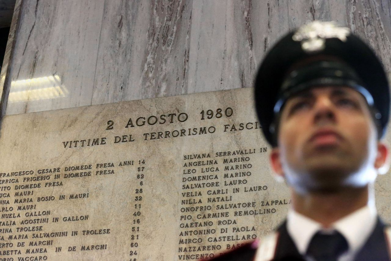Een gedenkplek op het station van Bologna met de namen van de 85 doden die vielen bij de aanslag.