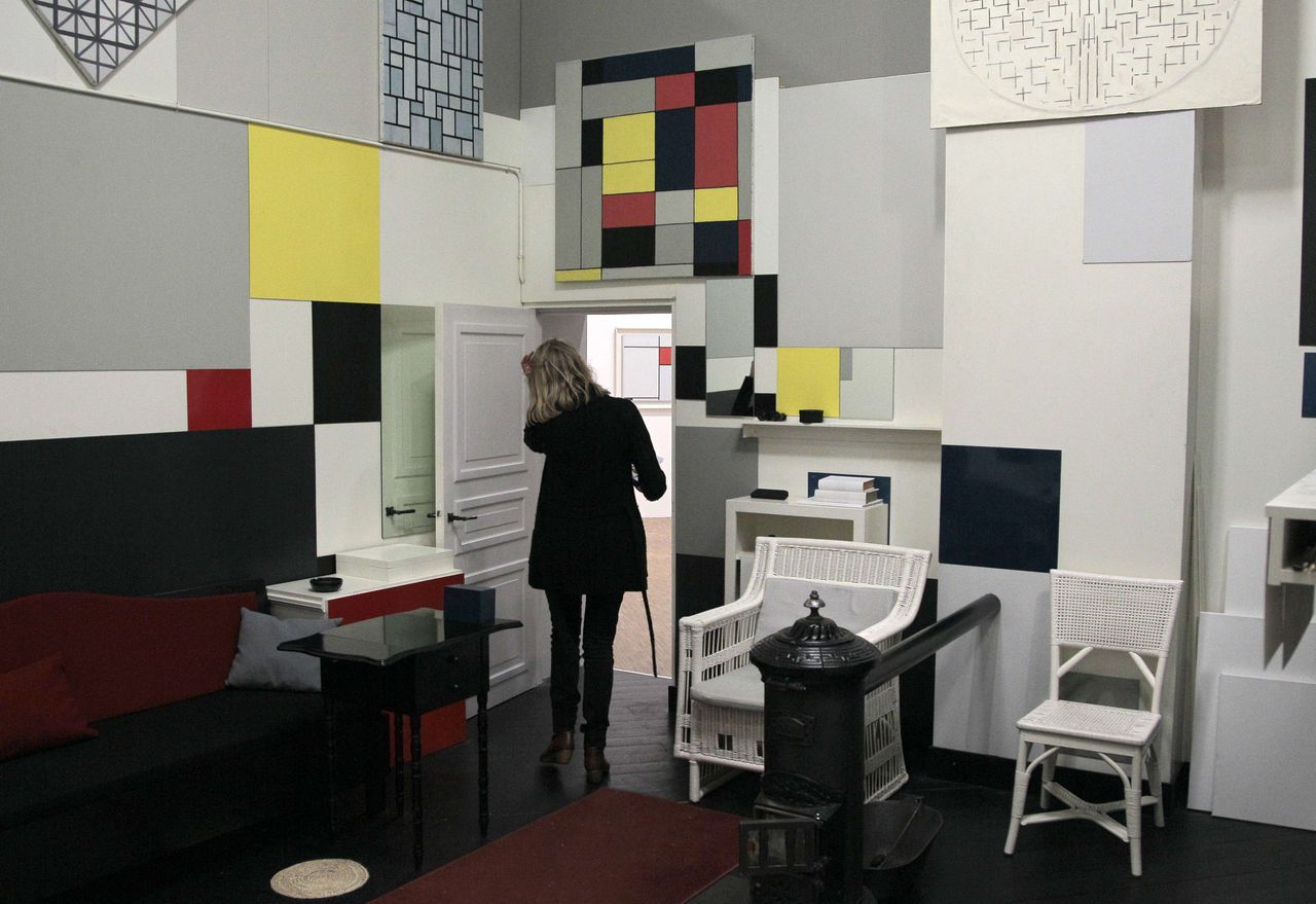 A picture taken on November 29, 2010 at the Pompidou modern art center in Paris, shows a reconstruction of the Parisian Mondrian atelier during the exhibition Mondrian / De Stijl. This exhibition studies the interwoven progress of the artistic movement De Stijl and Piet Mondrian, its leading figure. This important retrospective take place from December 1, 2010 until March 21, 2011. AFP PHOTO/JACQUES DEMARTHON