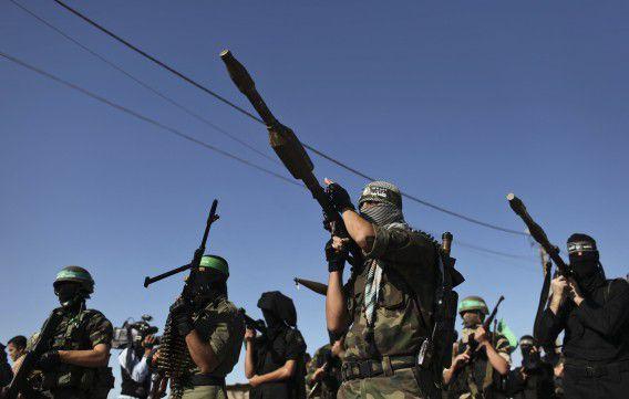 Palestijnse leden van de al-Qassam brigades, de militaire tak van Hamas, staan op wacht voor de aankomst van Hamasleider Khaled Meshaal in Rafah, het zuiden van Gaza. Foto Reuters / Mohammed Salem