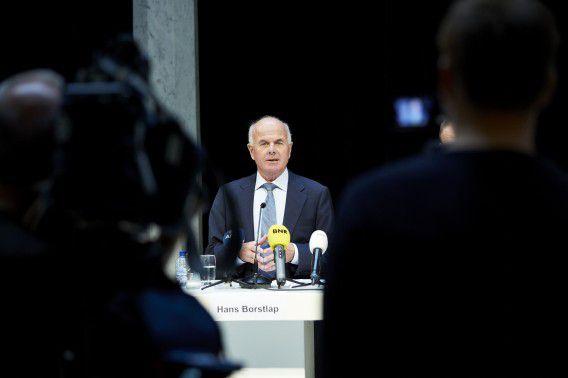Voorzitter Hans Borstlap van de onderzoekscommissie tijdens de presentatie van het rapport over het functioneren van de Nederlandse Zorgautoriteit (NZa).