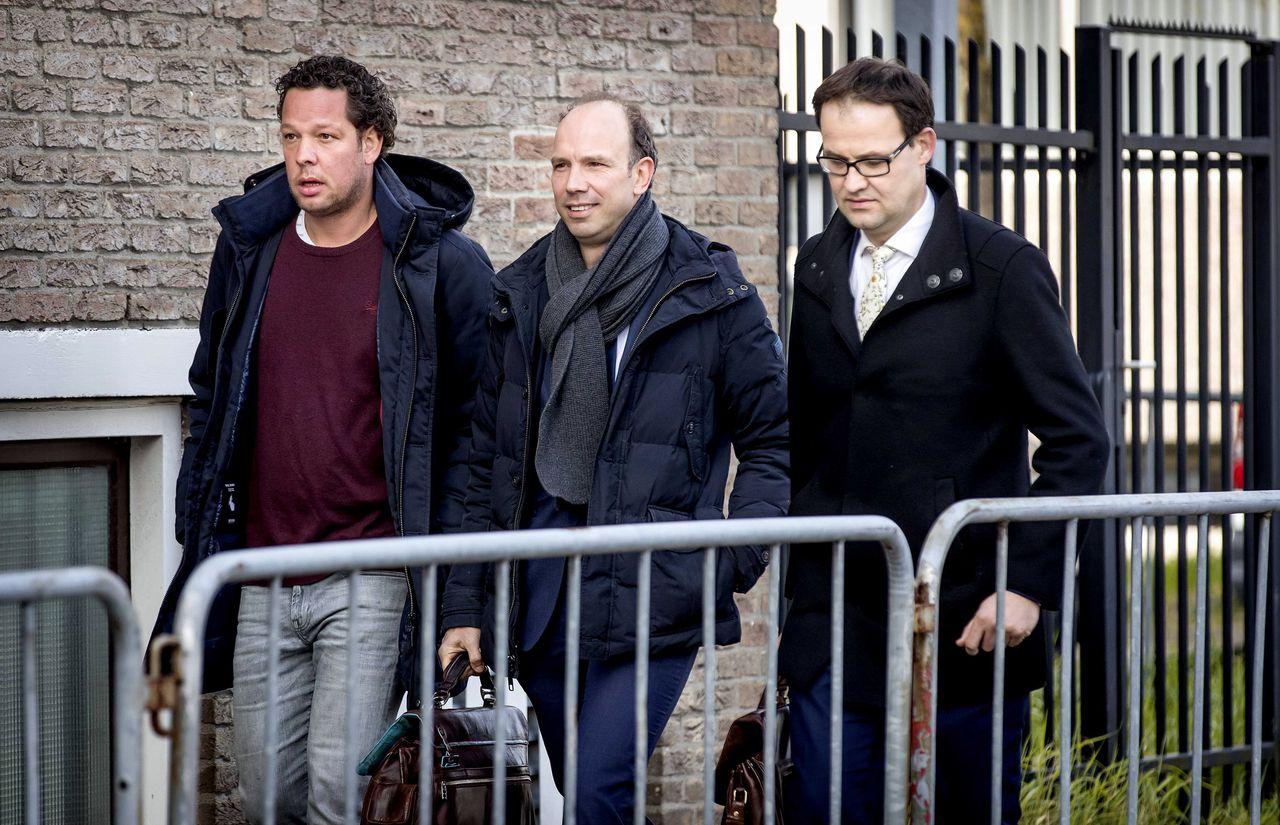 Sander Janssen (midden) en Robert Malewicz (rechts), de advocaten van Willem Holleeder, dinsdag bij de rechtbank in Amsterdam.