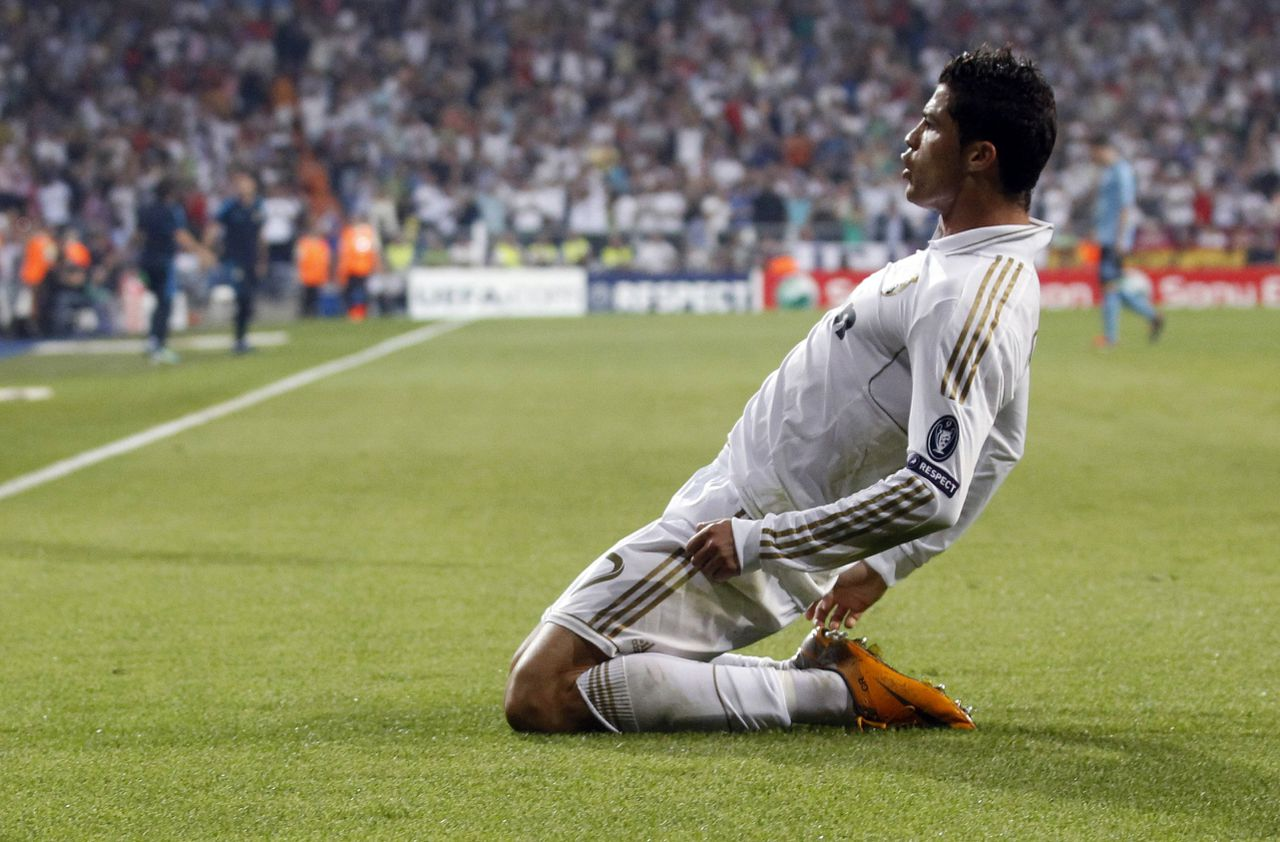 Cristiano Ronaldo viert de openingstreffer van Real Madrid tegen Ajax. Foto Reuters Real Madrid's Cristiano Ronaldo celebrates after scoring against Ajax Amsterdam during their Champions League Group D soccer match at Santiago Bernabeu stadium in Madrid September 27, 2011. REUTERS/Juan Medina (SPAIN - Tags: SPORT SOCCER PROFILE TPX IMAGES OF THE DAY)