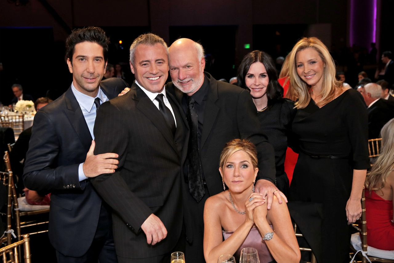 De cast van Friends met regisseur James Burrows in hun midden.