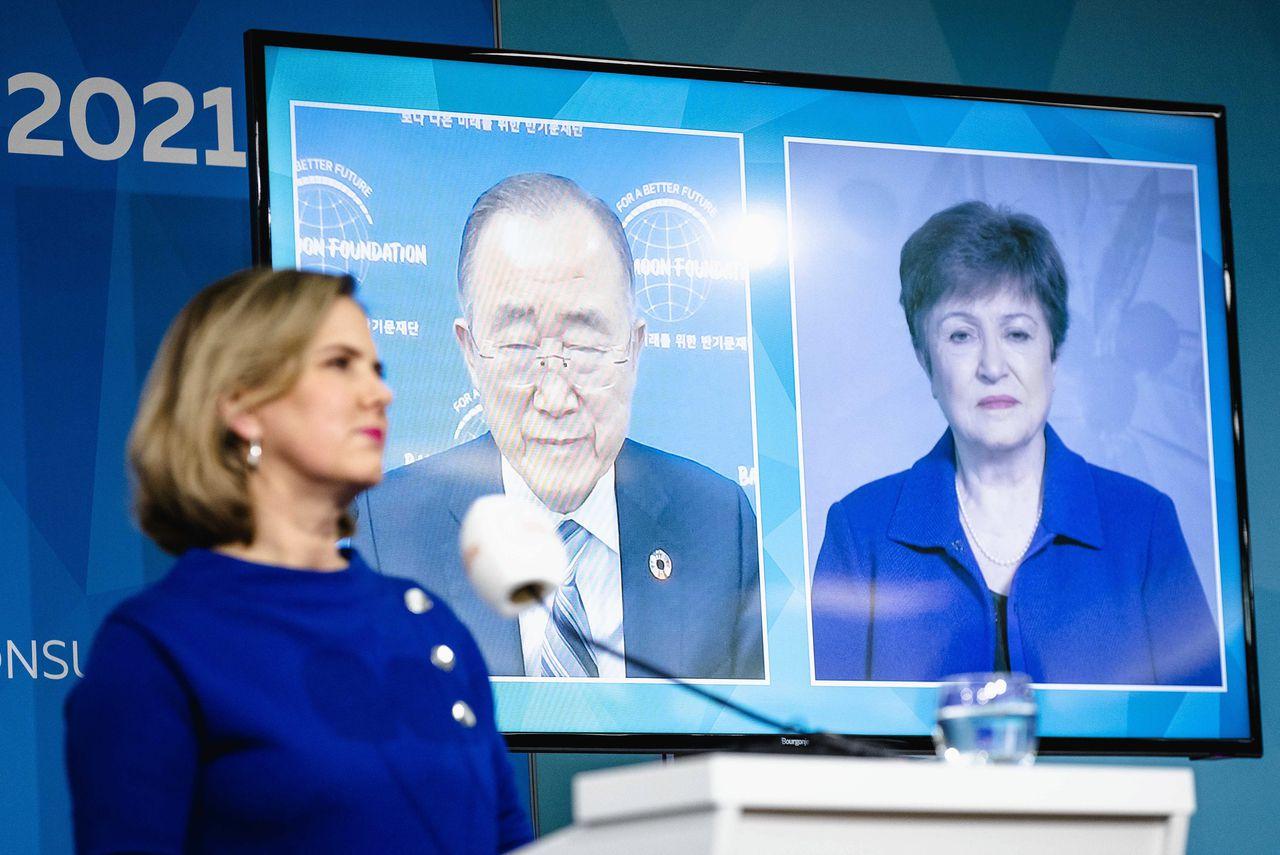 Minister Cora van Nieuwenhuizen op de klimaattop in Den Haag tijdens een videogesprek met oud-VN-chef Ban Ki-moon, en IMF-topvrouw Kristalina Georgieva