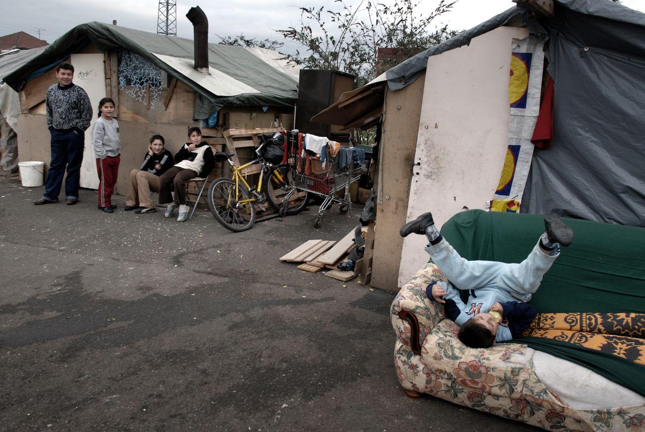 """Roma-zigeuners weer verjaagd Villeurbanne. Een kind speelt in de Franse stad Villeurbanne, op een terrein waar 500 Roemeense Roma (zigeuners) zich gevestigd hebben. De zigeuners mogen vanaf vandaag niet meer op deze plek wonen. Roma is een nomadisch volk en oorspronkelijk afkomstig uit India. Tegenwoordig trekken ze veel op de Balkan en in de Karpaten rond. In Nederland wonen officieel minder dan duizend Roma-zigeuners. Maar illegaal kunnen meer Roma in Nederland verblijven. Geliefd zijn de zigeuners nooit geweest. In een ver verleden werden ze ingezet als slaven en recenter werden ze vervolgd door de nazi's. Volgens online encyclopedie Wikipedia zijn naar schatting 400.000 Roma in de Tweede Wereldoorlog vermoord. Tegenwoordig zijn Roma ook niet populair. In Roemenië vindt 61 procent dat Roma het land te schande maken en bij de nieuwe rechts-nationalistische fractie in het Europees Parlement zit één Bulgaar namens de anti-Roma en anti-Turkse partij Ataka. In Nederland kwamen de Roma in 2003 in opspraak toen officier van justitie M. van Elsdingen zei dat de hele Roma-gemeenschap in Nederland is bezig met het plegen van misdrijven en dat criminaliteit binnen de gemeenschap normaal wordt gevonden. Van Elsdingen bood later zijn excuses aan voor zijn uitspraken, maar werd uiteindelijk niet vervolgd voor zijn opmerkingen. Foto AFP/Jean-Philippe Ksiazek POUR ILLUSTRER LE PAPIER """"AU CAMPEMENT DE VILLEURBANNE, L'ATTENTE INQUIETE DES ROMS ROUMAINS"""". Un enfant joue sur un vieux canapé, le 20 janvier 2007, dans un campement de Villeurbanne occupé par quelque 500 Roms roumains, sur un terrain qu'ils n'ont le droit d'occuper que jusqu'au 23 janvier. AFP PHOTO JEAN-PHILIPPE KSIAZEK"""