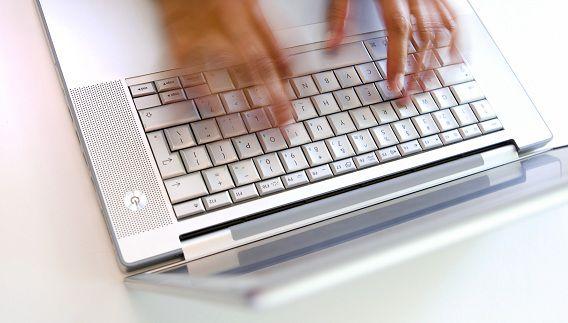 Frank R. wordt er onder meer van verdacht meisjes vanachter de computer tot seksuele handelingen te hebben gedwongen.