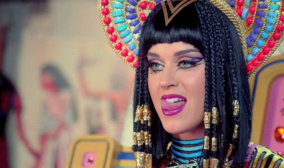 Katy Perry in de videoclip van haar single Dark Horse.