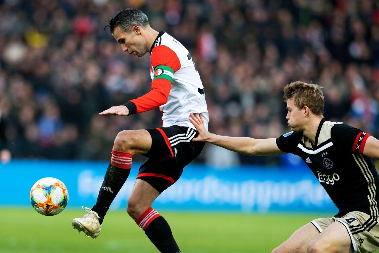 Robin van Persie is de baas over de bal in duel met Ajax-verdediger Matthijs de Ligt.