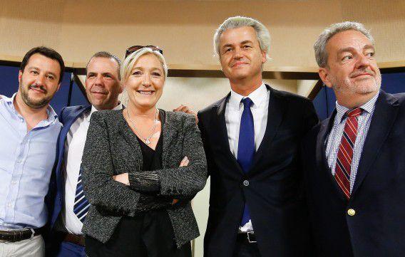 V.l.n.r. Matteo Salvini (Lega Nord), Harald Vilimsky (FPÖ), Marine Le Pen (Front National), Geert Wilders en Gerolf Annemans (Vlaams Belang).