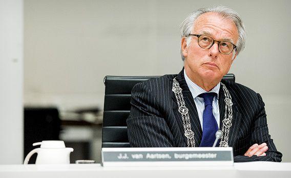 Van Aartsen donderdagavond tijdens het spoeddebat van de Haagse gemeenteraad over de recente demonstraties in de Schilderswijk.
