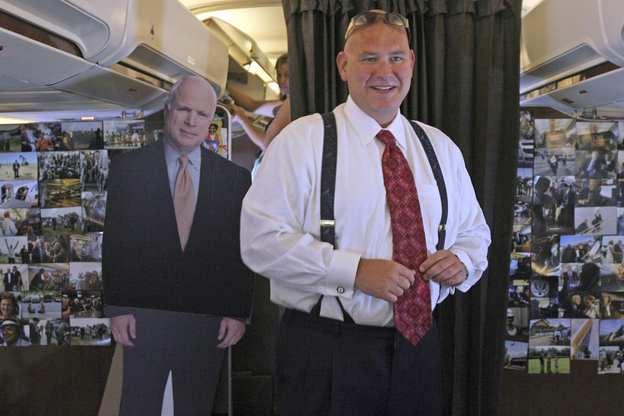 Campagneleider Steve Schmidt ==== With a cutout of Republican presidential candidate Sen. John McCain, R-Ariz. at left, McCain adviser Steve Schmidt comes to the back of the airplane to speak to reporters on board the Straight Talk Air campaign charter airplane, Monday, Aug. 25, 2008. (AP Photo/Mary Altaffer)