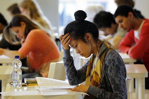 Leerlingen van het Leidsche Rijn College buigen zich over een opgave van het eindexamen.